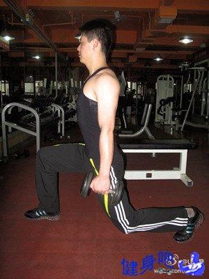 背部锻炼动作_【哑铃箭步蹲】主要锻炼臀大肌_健身吧