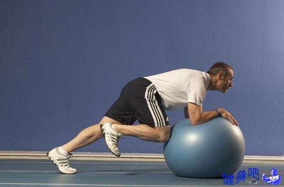 健身球平卧蹬伸