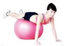 健身球俯卧腿抬举