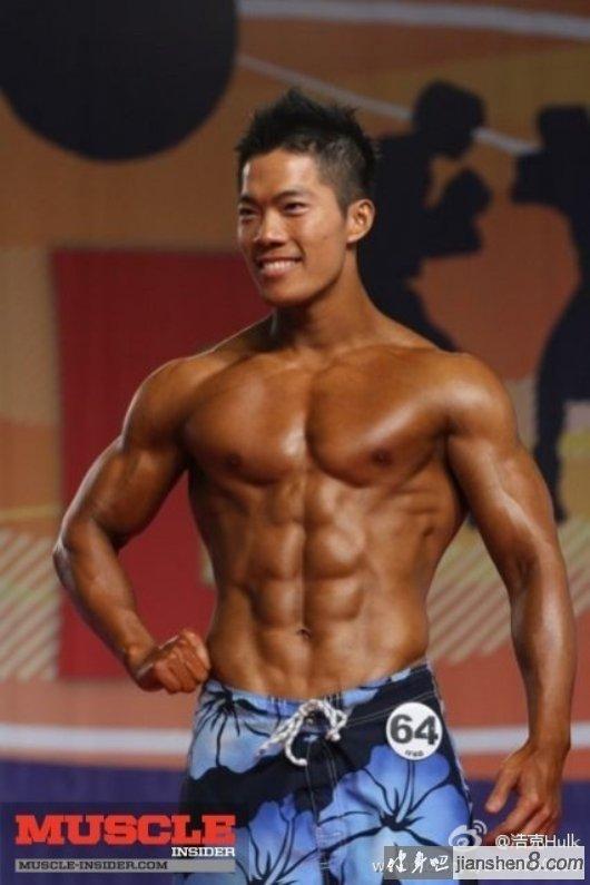 周杰伦健身教练浩克肌肉照
