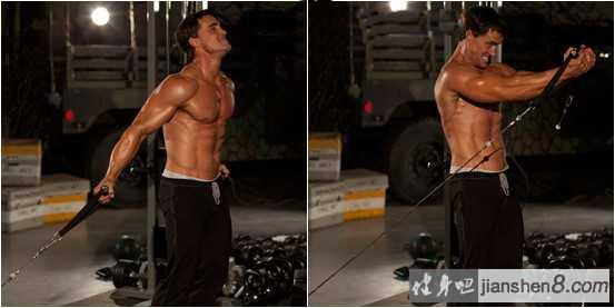 """低位拉力器夹胸视频教程   主要锻炼肌群:胸大肌上侧,三角肌前束   动作描述:   起始姿势:拉力器绳索置于拉拉器的低位,双手握紧拉力器,上臂抬起稍高于肩位或与肩齐,肩关节放松,两手肘稍屈,手腕稍向内扣,胸大肌感到充分伸展。   动作过程:集中胸大肌的收缩力,由下方向上拉引至胸部前方,同时使胸大肌处于""""顶峰收缩""""位,稍停。恢复到开始动作,重复。   注意事项:   ."""