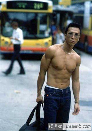 学霸变身肌肉猛_甄子丹现身健身房秀一字马 甄子丹的肌肉训练(4)_健身吧
