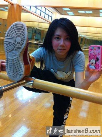 超级教练_邓紫棋健身照 身材火辣秀性感八块腹肌(6)_健身吧