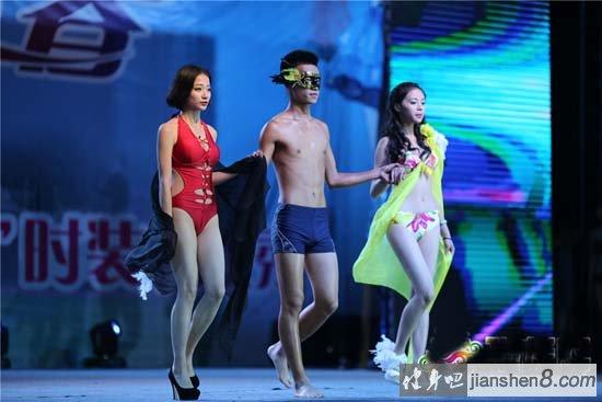 重庆高校举行空姐空少健美秀