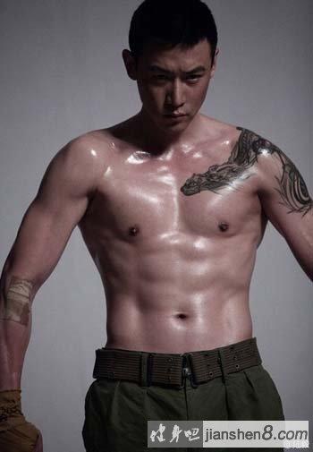 陆毅肌肉写真照,霸气的肌肉纹身_明星健身_健身吧图片