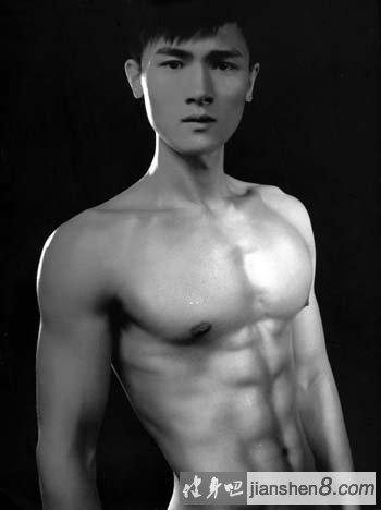 学霸变身肌肉猛_魅力男模马旺达肌肉写真,胸肌中缝肌肉突出(4)_健身吧