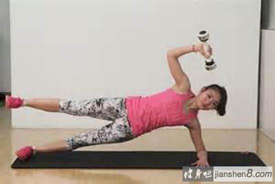 摇摆铃分为男女两款,男款2.2kg,女款1.1kg。锻炼通过短时间内肌肉迅速收缩,结合力量与控制力,配合不同性别的磅数,达到锻炼效果。   摇摆铃再配合瑜伽,平板支撑等练习更有效果,接下来看一组,摇摆铃动作练习图片演示,以及视频教学