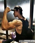 锦荣晒练肌肉硬汉照_明星健身_明星肌肉照_女\男明星健身图片_明星健身计划_健身吧