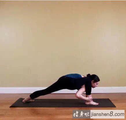 拉伸小腿的动作_9个快速瘦腿瑜伽动作图解_健身吧