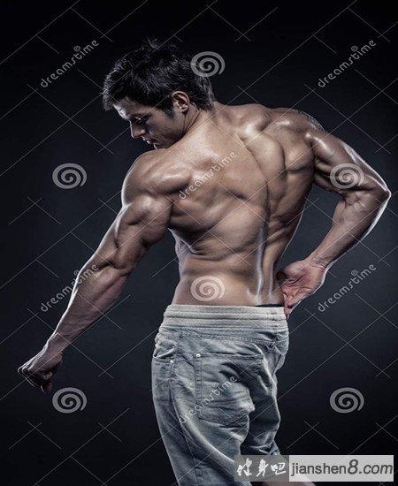 三角肌后束锻炼方法:拉力绳索交叉后拉