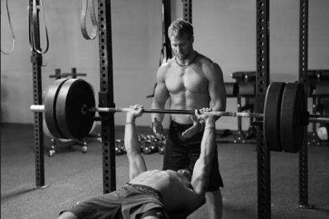 健身怪像:你是在保护还是在双人健身