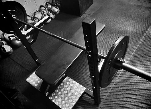健身技巧:用安全架发展向心收缩力量