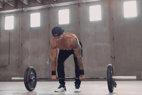 俯身杠铃划船练哪里的肌肉 主要是背部肌肉